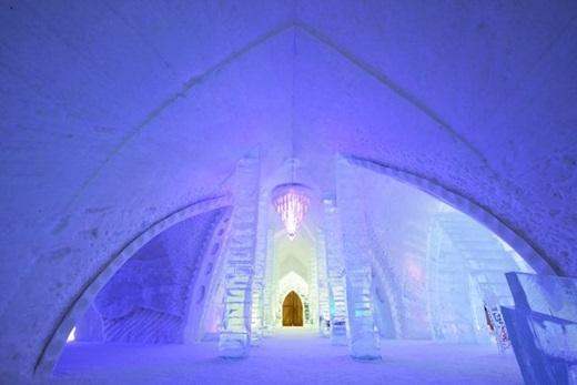 Và nếu bạn tò mò muốn biết lâu đài của nữ hoàng băng giá lạnh đến cỡ nào, hãy đến thăm khách sạn Hôtel de Glace ở thành phố Quebec, Canada. Chỉ hoạt động vào mùa đông, khách sạn này có tổng cộng 44 phòng được làm hoàn toàn từ băng đá với thiết kế tinh xảo.
