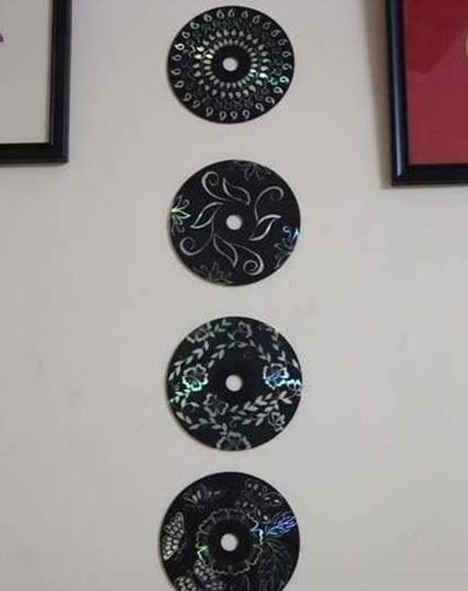 Tô đen hoặc dán giấy màu đen khắp các mặt đĩa CD, dùng bút màu dạ quang vẽ họa tiết bạn thích lên đĩa để có ngay một chuỗi đĩa CD treo tường đầy phong cách nhé.