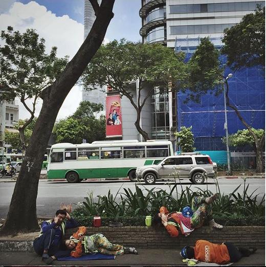 Sài Gòn như một 'đại công trường' bởi những công trình xây dựng dang dở. Giấc ngủ trưa tuy ngắn nhưng cũng đủ tiếp thêm năng lượng cho những người công nhân này. (Nguồn: IG thienminh1990)