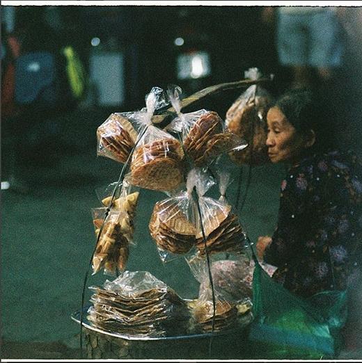 Những gánh hàng bánh nướng, bánh kẹp đã trở nên quen thuộc trên khắp con đường của Sài Gòn. (Nguồn IG: smouse1511)