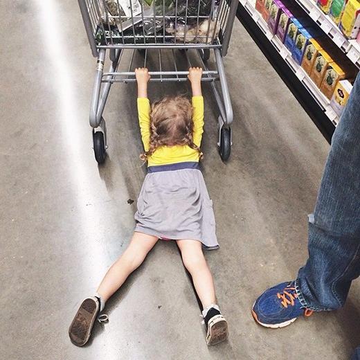 Tính lau sàn siêu thị cho người ta đây mà…