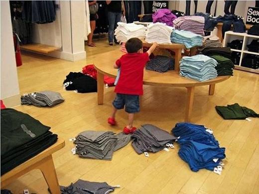 """""""Con chỉ muốn cái áo trên kia thôi, mà mấy cái dưới này cản đường quá!'"""