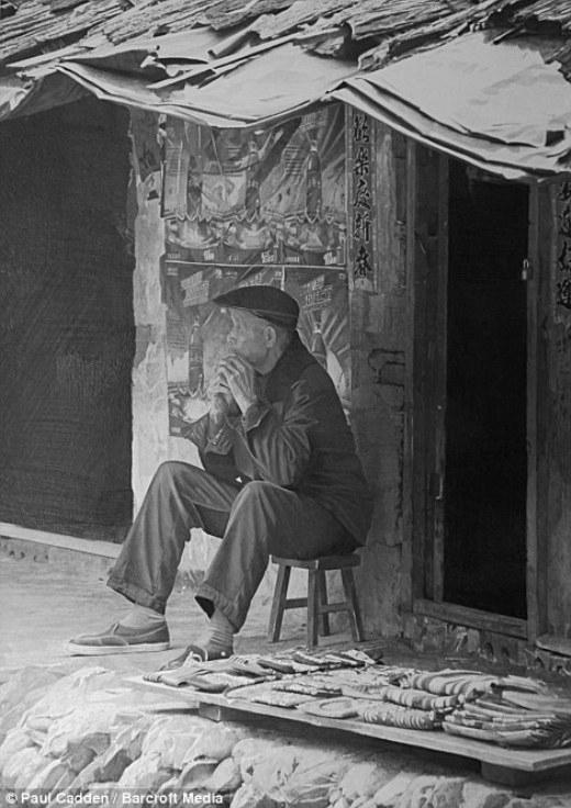 Người đàn ông Trung Quốc ngồi trước gian hàng ở Dương Sóc, Trung Quốc cũng được Paul vẽ lại rất tài tình.