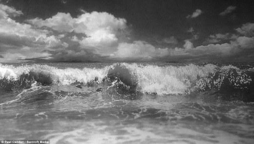 Ngoài người, Paul cũng vẽ lại các bức ảnh phong cảnh. Bức tranh về biển này là một ví dụ tuyệt vời.