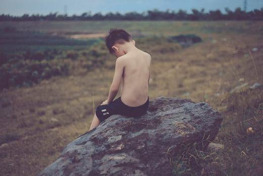 'Em bé cô đơn giữa cuộc sống đầy rẫy những lo toan cơm - áo -gạo - tiền'.