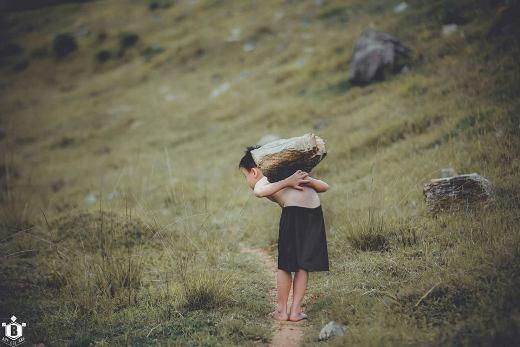 'Cuộc sống mưu sinh một mình em gánh vác, không ai giúp đỡ, không người chở che. Dù có nặng nhọc hơn thế, đói nghèo hơn thế cũng chỉ có mình em'.