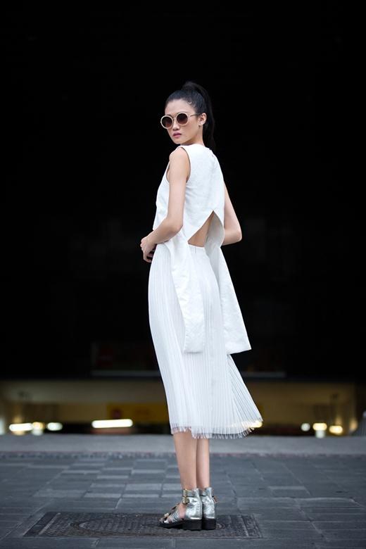 Chiếc áo được tạo điểm nhấn bằng chi tiết tạo phom phồng cùng phần khoét lưng lạ mắt.