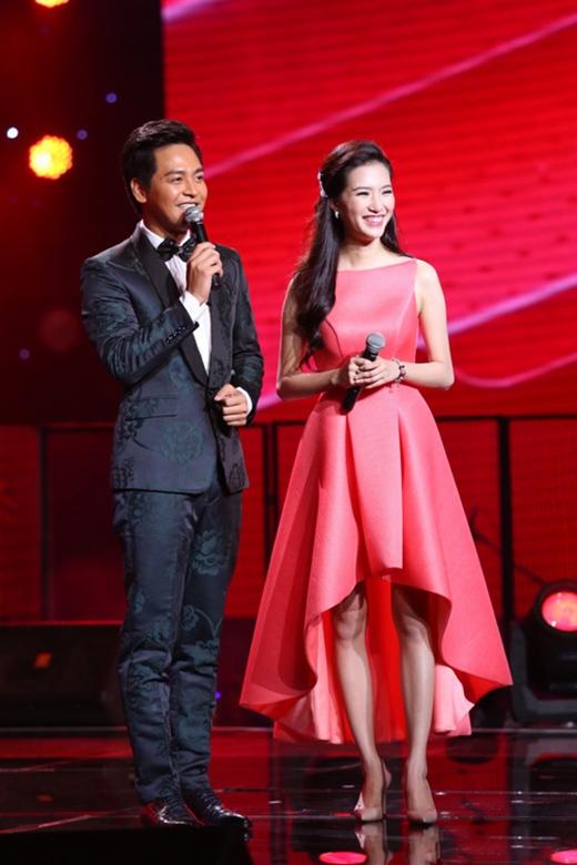 MC Mỹ Linh cũng sánh vai cùng các tên tuổi đình đám với thiết kế mullet đang được ưa chuộng trong mùa mốt 2015. Sắc đỏ nồng nàn càng tôn lên làn da trắng hồng của người đẹp.