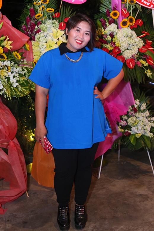 Phương Anh Idol khéo léo giấu đi thân hình không mấy cân đối trong chiếc áo rộng. Tuy nhiên, bộ trang phục này được nhiều người cho rằng nó phù hợp để đi chợ hay dạo phố hơn là mang lên thảm đỏ của một sự kiện lớn.