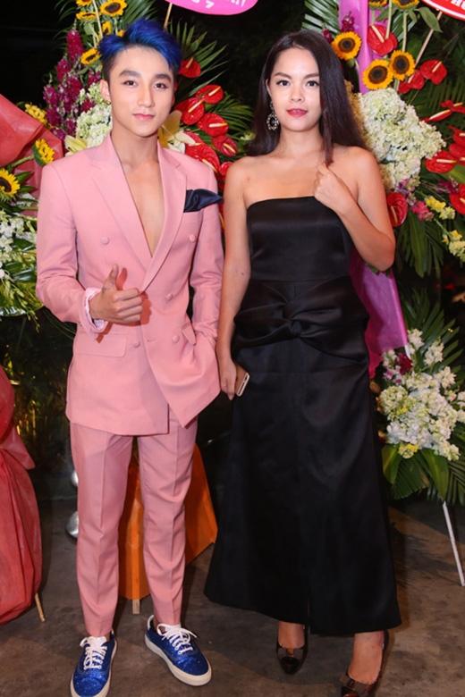 """Nữ ca sĩ Phạm Quỳnh Anh đơn giản sóng đôi cùng """"gà cưng"""" Sơn Tùng khi tham dự một đêm tiệc vào tối 7/8. Tuy nhiên, bà mẹ một con lại mất điểm bởi bộ váy nhăn nhúm."""