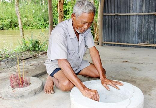 Ông É xây xi măng quanh miệng hố nước sôi. Ngày rằm tháng 3 hàng năm, người dân xã Thạnh Tân đến đây cúng bái, cầu nguyện cho lúa trúng mùa, mọi người thuận thảo và khỏe mạnh. (Ảnh: Zing)