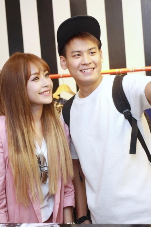Hot boyPhan Nguyễn cũng 'tranh thủ' chụp ảnh selfie cùng với Chi Pu. - Tin sao Viet - Tin tuc sao Viet - Scandal sao Viet - Tin tuc cua Sao - Tin cua Sao
