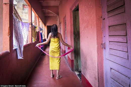 Maya Banarjee vẫn bán dâm dù bà đã 72 tuổi. Nhiều gái bán hoa chọn kiếm sống ở khu đèn đỏ tới khi chết.