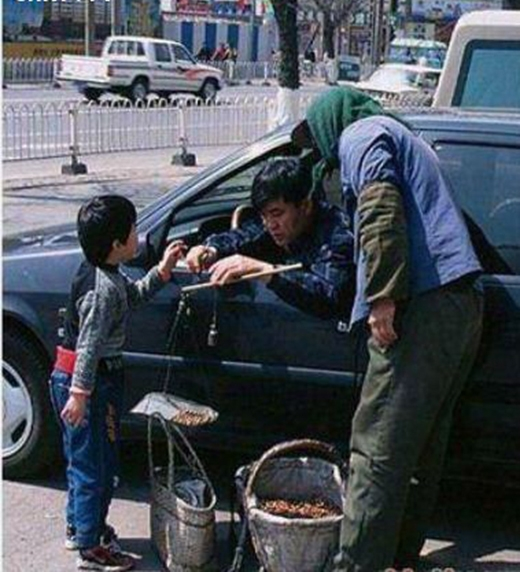 Trong khi đó, một vị khách giàu có đi xe hơi mà lại so đo tính toán từng cân từng lạng với một cậu bé bán hàng rong.