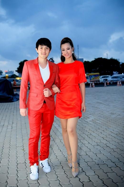 Đông Nhitay trong tay cùng Ông Cao Thắng đến tham dự sự kiện tối ngày 08/08. - Tin sao Viet - Tin tuc sao Viet - Scandal sao Viet - Tin tuc cua Sao - Tin cua Sao