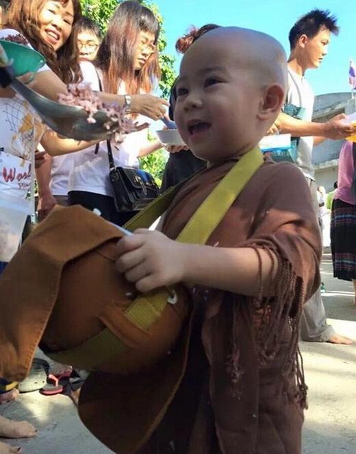 Khi cùng các sư phụ đi hóa duyên, Nongkran luôn thu hút rất nhiều sự chú ý của mọi người.