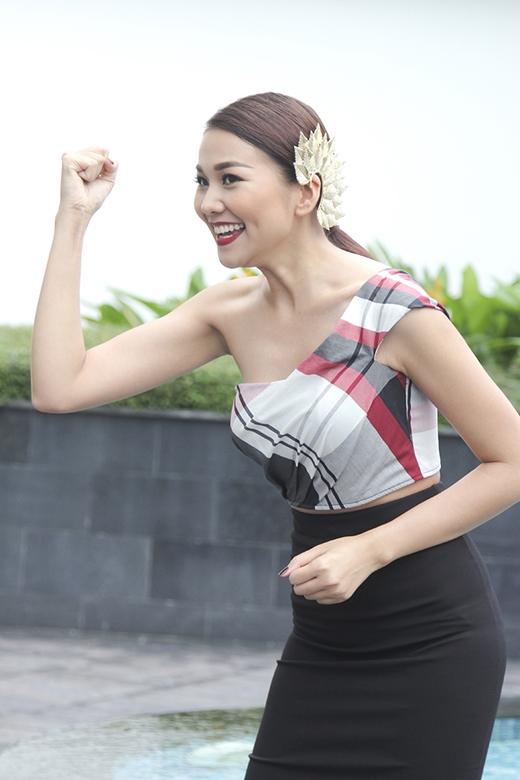 Bộ trang phục mặc dù gợi cảm, nữ tính nhưng Thanh Hằng vẫn mang đến tinh thần trẻ trung, năng động.