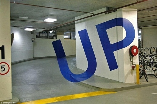 Bãi đậu xe ở tòa nhà Eureka, Melbourne, Úc nổi bật với chữ Up được vẽ theo hiệu ứng 3D.