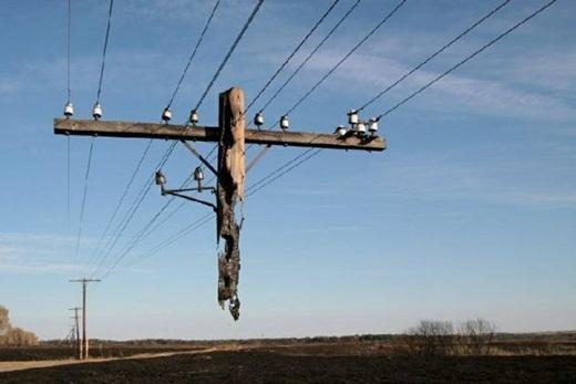 Đây không phải là ảo ảnh, chỉ là một phần của cột điện đã bị phá hủy bởi đám cháy lớn tạiNga.