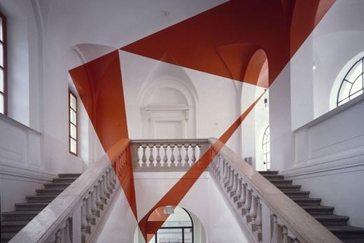 Nghệ sĩ Felice Varini đã sử dụng sơn để tô vẽ căn phòng, tạo ra ảo ảnh quang học độc đáo.