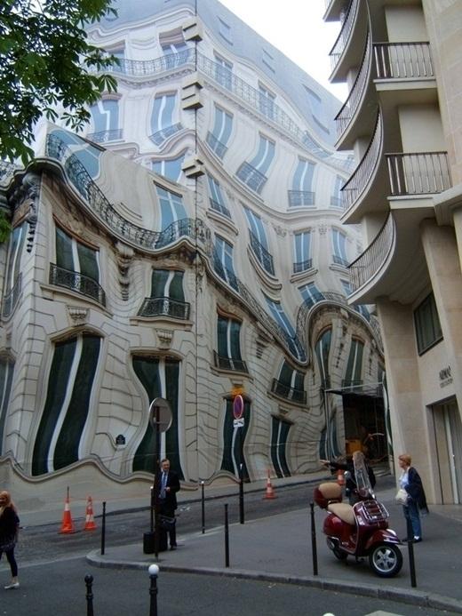 Tấm bạc gây ảo ảnh thị giác được phủ lên một tòa nhà đang xây dựng gây nhức mắt cho người xung quanh.