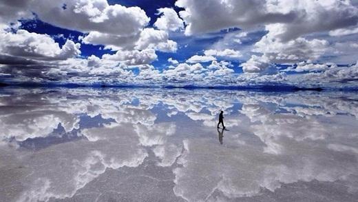 Ai cũng tưởng bóng người này đang bước đi trên mây nhưng thực chất, đây là cánh đồng muối rộng lớn ở Bolivia.