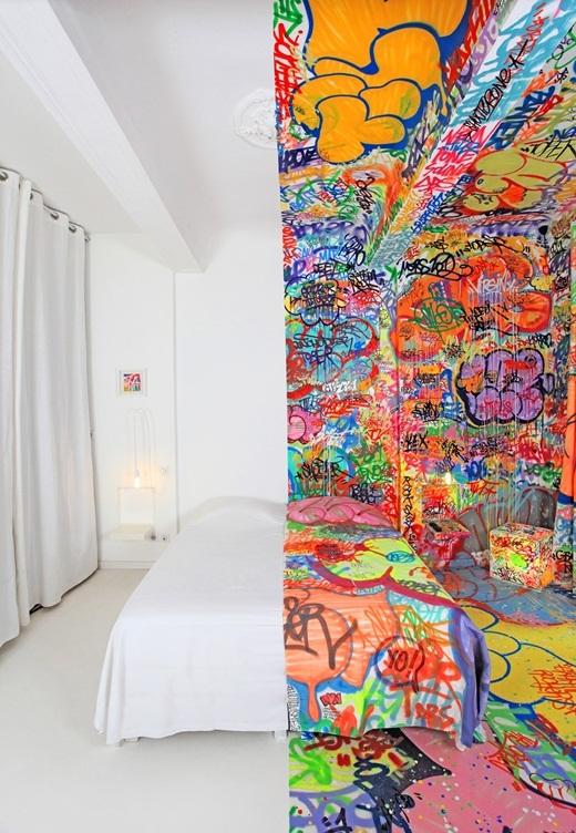 Nghệ sĩ graffiti người Pháp đã trang trí một nửa căn phòng ở khách sạn Marseille bằng những hình vẽ graffiti đầy màu sắc và để trống phần còn lại.