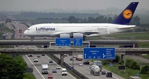 Nhìn từ xa, chiếc máy bay này trông như đang hạ cánh ở trên một cây cầu vượt.