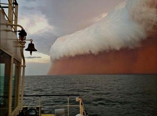 Một cơn bão bụi ở Úc trông giống như những bọt bia khổng lồ.
