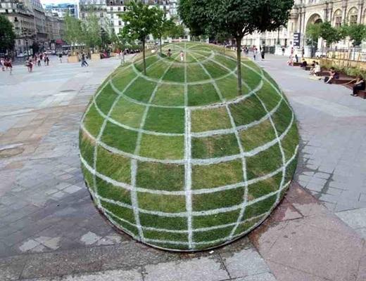 Thoạt nhìn, có vẻ đây là một quả cầu cỏ khổng lồ ở bên ngoài tòa thị chính Paris nhưng thực ra, chúng là một mặt phẳng.