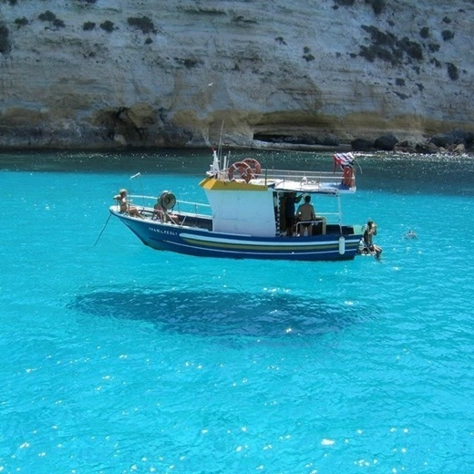 Ảo ảnh quang học được tạo ra bởi mặt nước khiến chiếc thuyền như đang bay lơ lửng trên mặt biển.