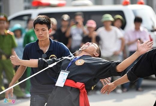Chiếc xe 7 chỗ được kéo đi một quãng đường xa bằng hai mắt võ sư Trương Văn Dự, môn phái Lâm Sơn Động, Hà Nội.
