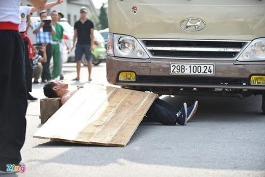 Đoàn võ thuật môn phái Hồng gia quyền, Liên Bang Nga trình diễn tiết mục Nằm trên thiết bản để xe ô tô 16 chỗ cán qua.