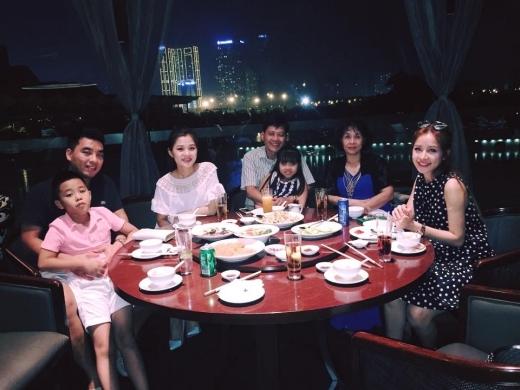 Sau khi cả đại gia đình mừng thọ ông tối ngày 9/8 vừa qua, gia đình Chi Pu tiếp tục quây quần đón sinh nhật bố của cô. - Tin sao Viet - Tin tuc sao Viet - Scandal sao Viet - Tin tuc cua Sao - Tin cua Sao