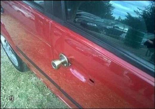 Đây là một ý tưởng không tồi đúng không nào? Không có nắm cửa xe hơi, thì ta thế bằng... nắm cửa nhà vậy.