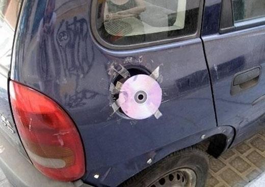 'Mất nắp bình xăng ư? Chuyện nhỏ, đã có đĩa CD thay thế!'.