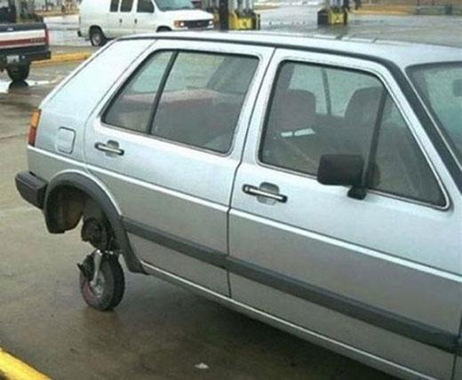 Bánh xe máy bay cũ đã trở thành bánh xe hơi một cách thần kì.