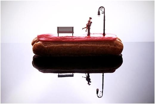 Khung cảnh lãng mạn trên chiếc bánh ngọt ngào không kém.
