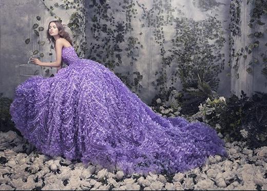 Sắc tím tượng trưng cho lòng thủy chung, son sắc của người phụ nữ. Trong mùa mốt 2015, những thiết kế váy cưới tạo hiệu ứng 3D đã trở thành một xu hướng mới được các thương hiệu lớn trên thế giới liên tục lăng xê.