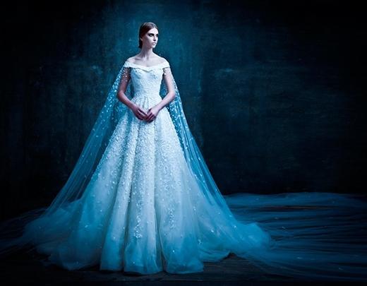 Chiếc váy xòe trễ vai với lớp áo choàng ren mang hơi thở của phong cách quý tộc xa xưa.