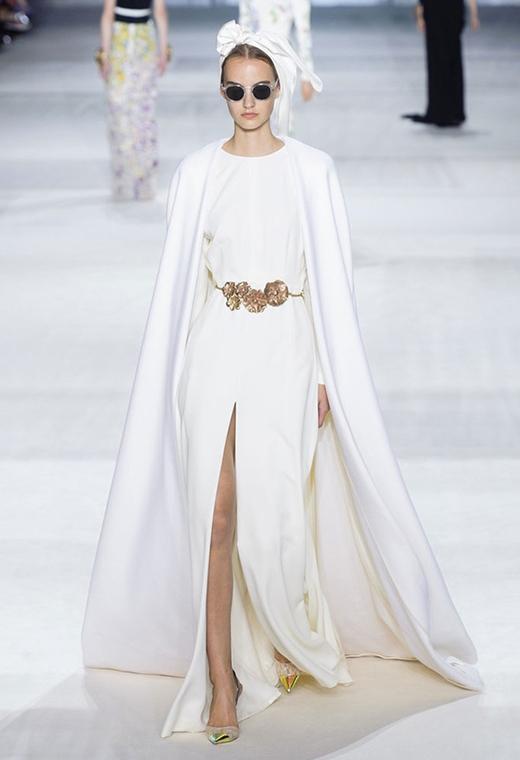 Kiểu váy với phần tay cape hợp mốt.