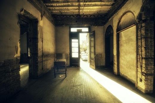 Vài người dân kể rằng, họ từng thấy bóng một người phụ nữ lướt dọc hành lang trong nhà thờ hoang phế này.