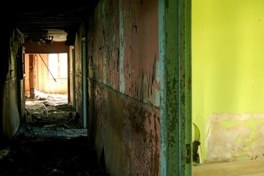 Bên ngoài bệnh viện đã hoàn toàn bị hư hại và đổ nát với những đường ống nước gỉ sét, khung cửa sổ bể nát và chẳng ai buồn ghé thăm.