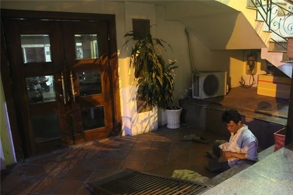 Hàng ngày, anh cùng chú chó ngủ nhờ dưới gầm cầu thang của một khách sạn.