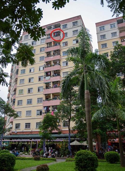 Chung cư cao hơn chục tầng, nơi khoanh tròn là vị trí cháu bé bị rơi xuống. Ảnh: Đông Ti Mo.