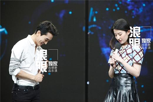 Song Seung Hun không giấu được nụ cười hạnh phúc khi đứng bên bạn gái.