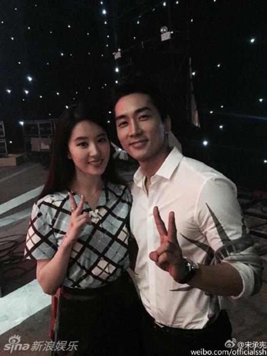 Hình ảnh tình cảm của cặp đôi trên trang cá nhân của Song Seung Hun.