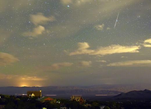 """Mưa sao băng """"ghé thăm"""" Spring Mountains, bang Nevada, miền Tây nước Mỹ vào đêm 12/8."""