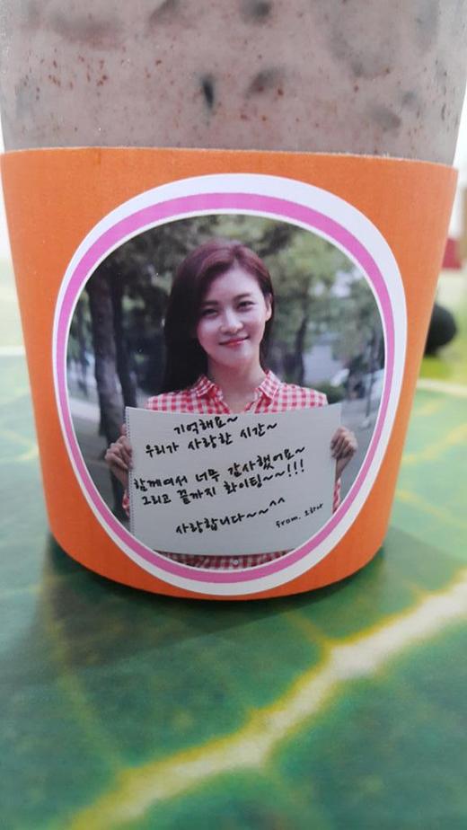Taecyeon khoe ảnh hai chiếc li cà phê dễ thương có hình của anh và Ha Ji Won.