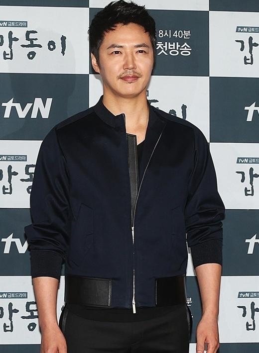 Yoon Sang Hyun từng là ông chủ của một nhà hàng nhỏ đối diện trường cấp 3. Dù muộn nhưng sau khi nhận ra ước mơ trở thành diễn viên, anh chàng đã nhanh chóng chuyển hướng và gặt hái nhiều thành công như ngày hôm nay.